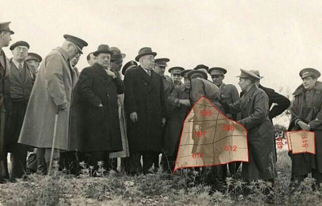 Imagen retocada para la publicación que muestra a Azaña durante su visita a Guadalajara en noviembre de 1937 junto a Cipriano Mera FOTO: AUDEMA