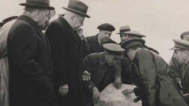 Noviembre de 1937. Manuel Azaña visita al sector del IV Cuerpo del Ejército y observa los planos de Cipriano Mera. Al fondo con boina, Indalecio Prieto. FOTO CEDIDA POR AUDEMA