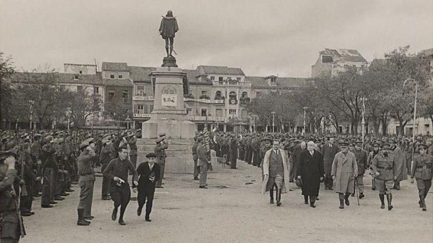 Manuel Azaña pasando revista a las tropas en Alcalá de Henares en 1937.