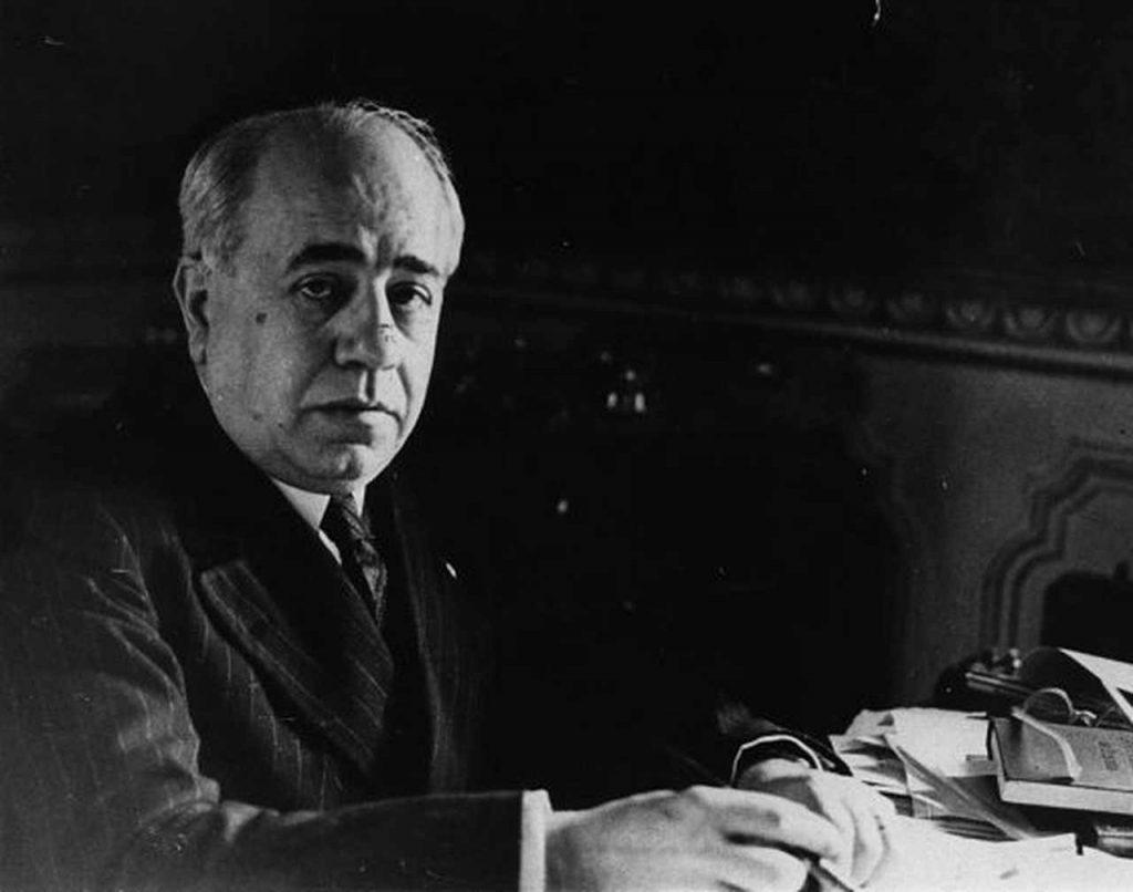 Manuel Azaña, en su mesa de trabajo, en una imagen sin datar.