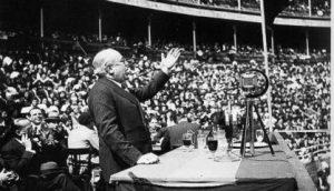Manuel Azaña en un mitin en la Plaza de toros de Bilbao