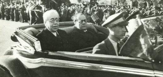 Manuel Azaña, en el asiento trasero, a la izquierda. ARCHIVO