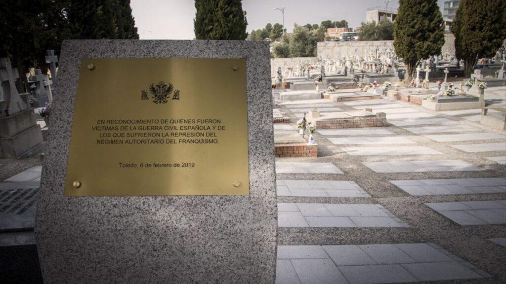 placa en el cementerio