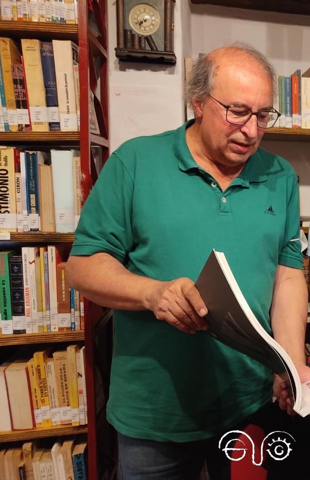 Isabelo Herreros, en la biblioteca de la Casa de la Memoria.