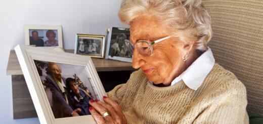 Pilar Merino mira con cariño una foto suya junto a Amable García